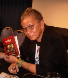 "Miike, con una copia firmada de ""Audition""."