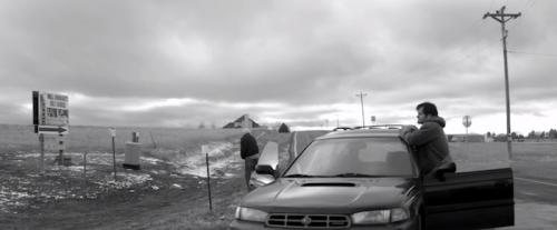 Bruce Dern meando a pie de carretera.