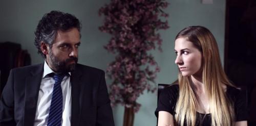 Pau Durà mira inquisidoramente a la protagonista.