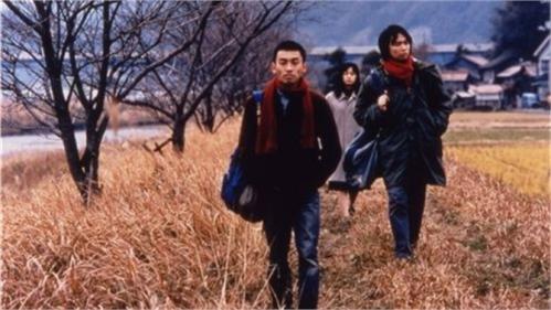 Los dos protagonistas y una inesperada compañera de viaje.