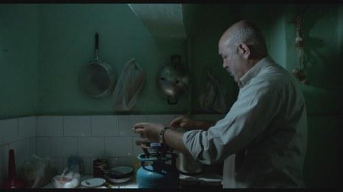 El protagonista cocina como puede.
