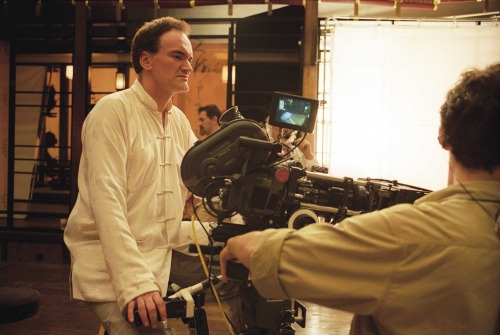 Tarantino pendiente de los chorros de sangre.