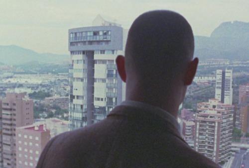 El protagonista mira lo que puede en Sueñan los androides.
