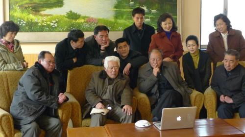 Norcoreanos y un Mac.